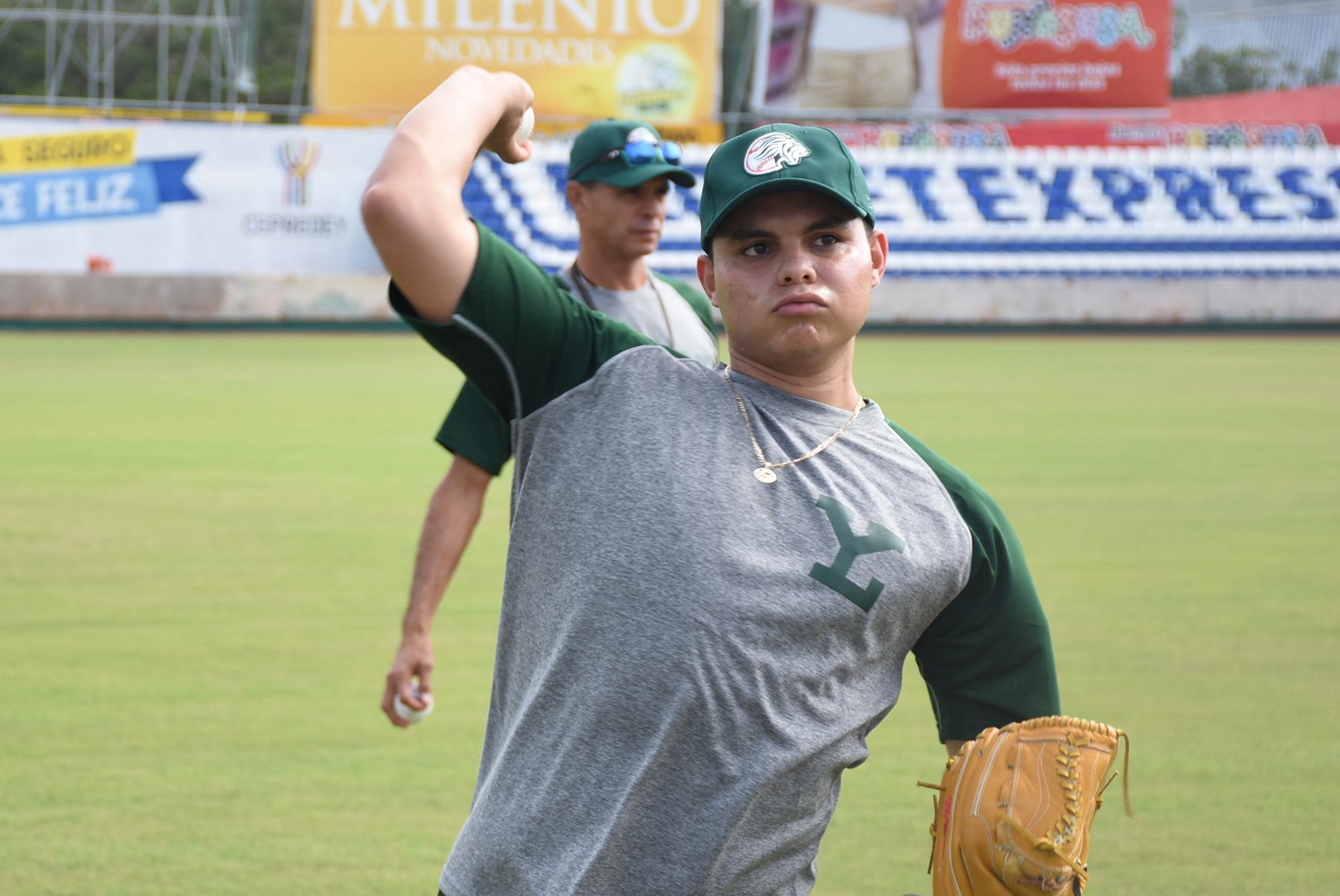 Carlos Bustamante quiere lucir en el campamento melenudo