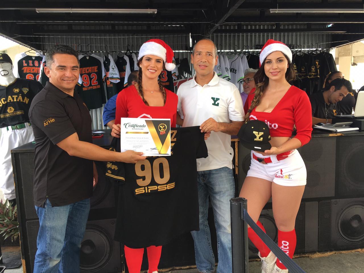 Los fanáticos adquieren artículos de colección de los Leones de Yucatán